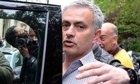 José Mourinho move to Manchester United held up by Chelsea image rights