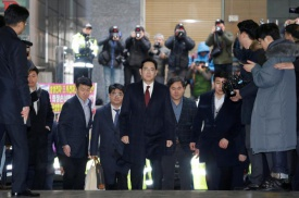 Samsung chief questioned by prosecutors in South Korea political scandal