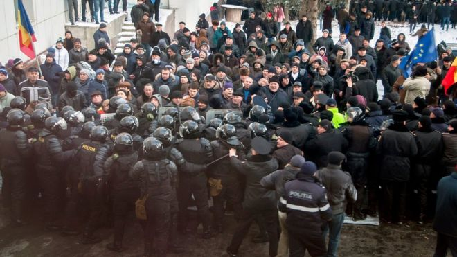 Moldova political crisis: Protesters break into parliament