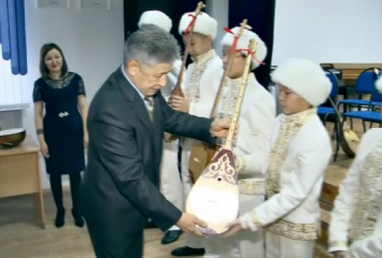 Entrepreneur presented 50 dombras to students of music school in West Kazakhstan region
